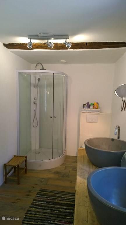 Badkamer met toilet en dubbele wastafel Ferme Blanche