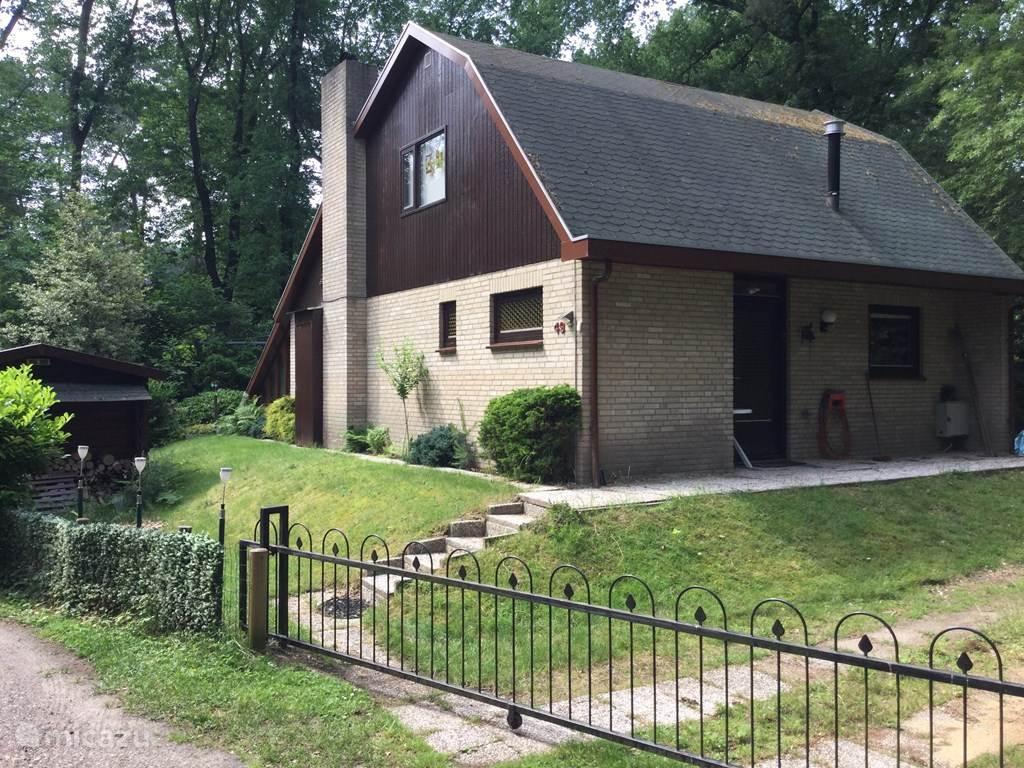 de bungalow aan de buitenkant met inrit