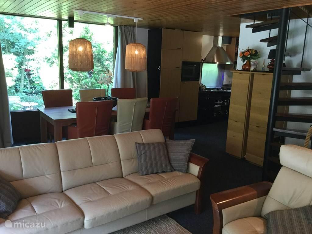 woonkamer met ruime eettafel met zes eetkamer stoelen