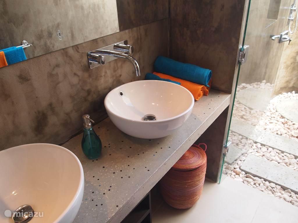 Badkamer in moderne beton-uitvoering