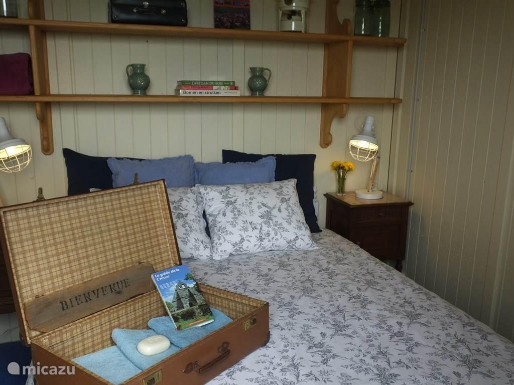 Mooi ingerichte ouder slaapkamer  met twee-persoonsbed.