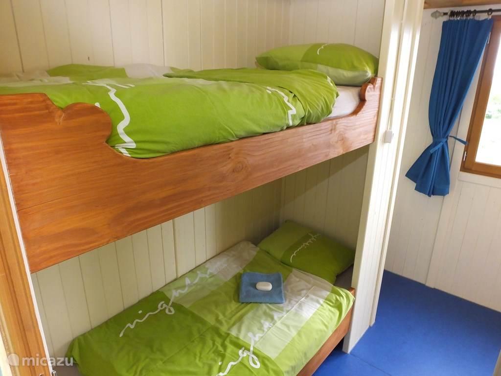 Slaapkamer met stapelbed voor drie personen.