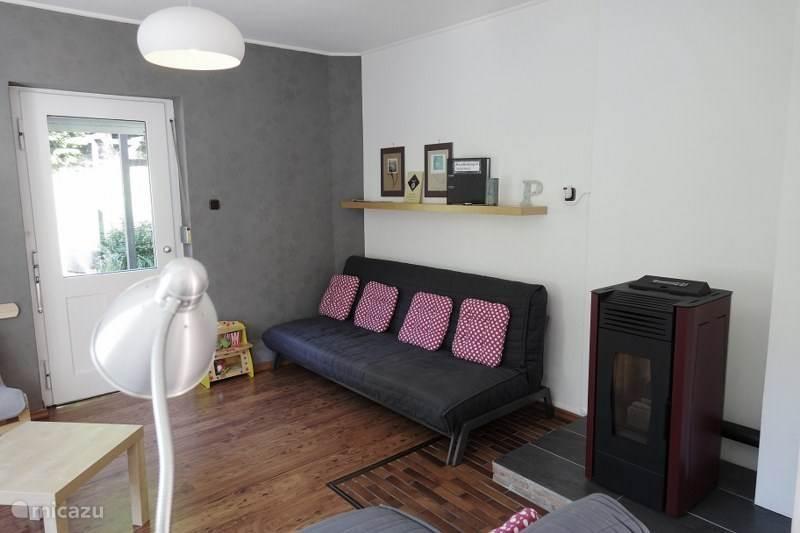 Sfeervolle woonkamer met houtkachel
