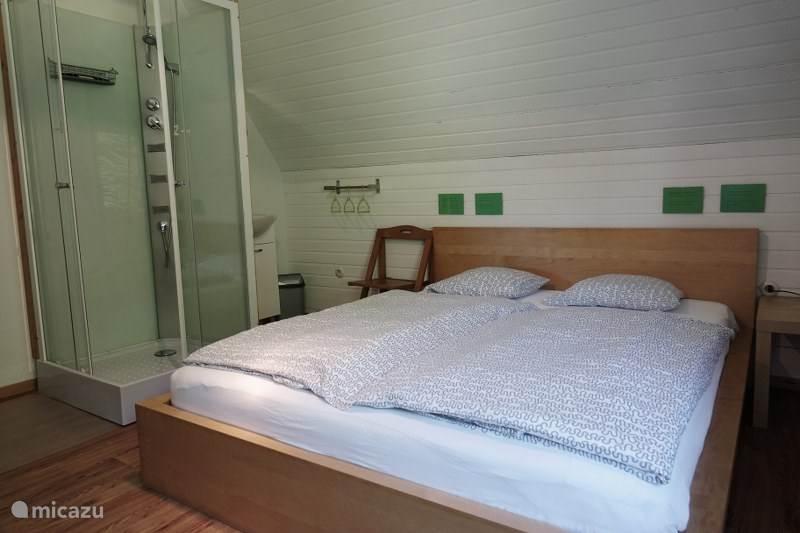 Slaapkamer 2 met eigen douche (verdieping)