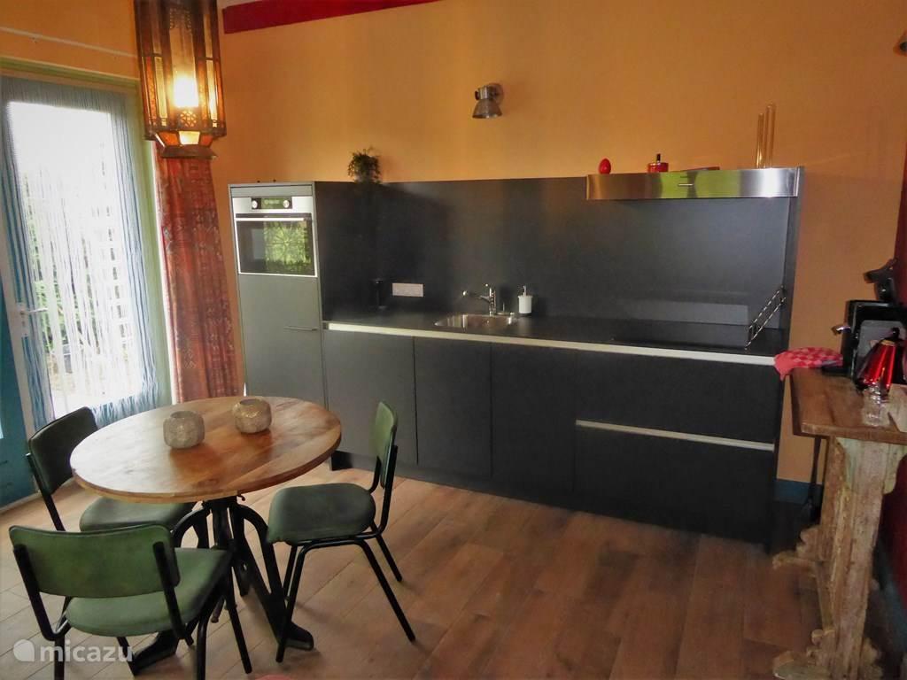 De moderne keuken van alle gemakken voorzien