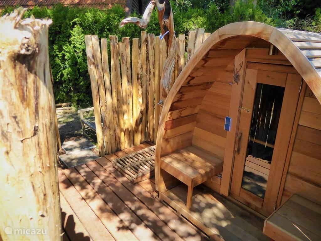 ruime sauna met buitendouche