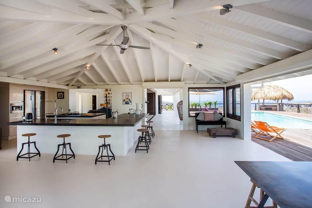Overzichtsfoto van de keuken en doorkijk naar de woonkamer.