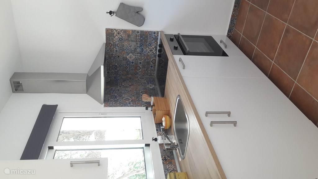 Keuken met oven, fornuis, vaatwasser en koelkast/vriesvakje