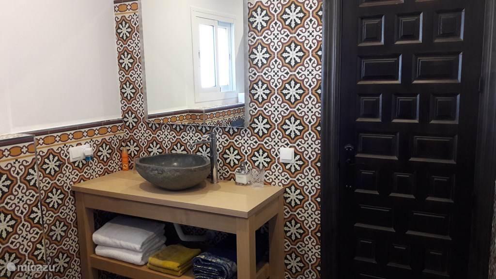 Luxe badkamer met Spaanse atmosfeer.