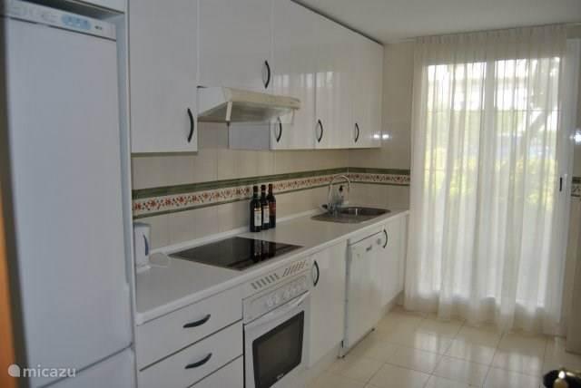 Keuken met o.a. vaatwasser, magnetron, koffiezetapparaat