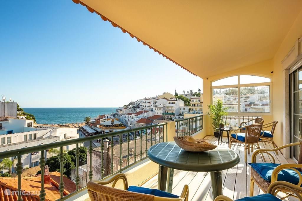 Vanaf het ruime balkon (15 m2) heeft u een prachtig uitzicht op de plein, strand en zee.