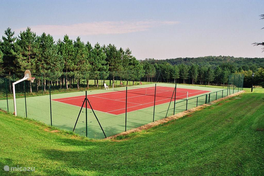 Tennisbaan met all weather surface