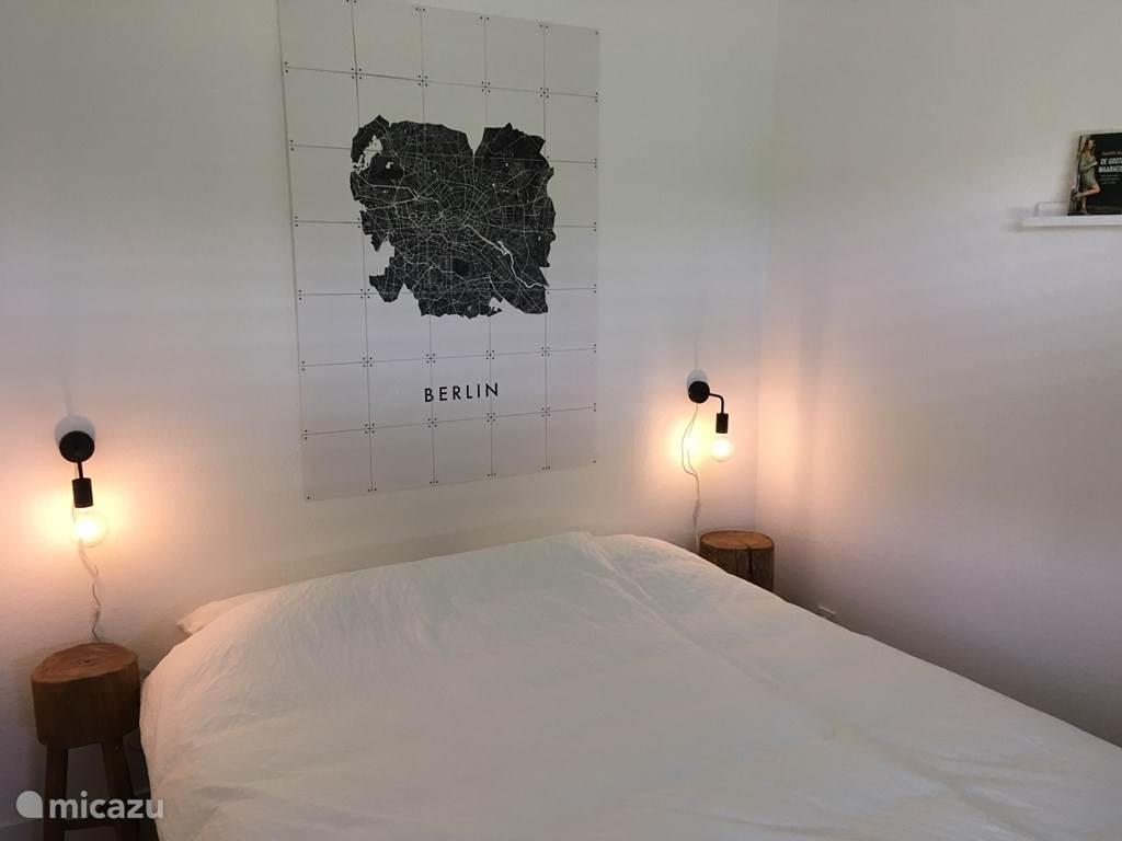 Op de slaapkamer staat een tweepersoonsbed met twee afzonderlijke matrassen.
