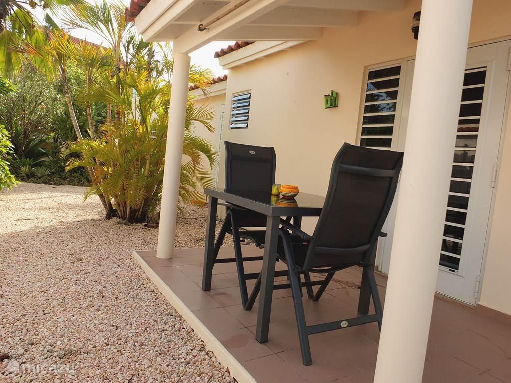 entree en porch met 2 verstelbare stoelen