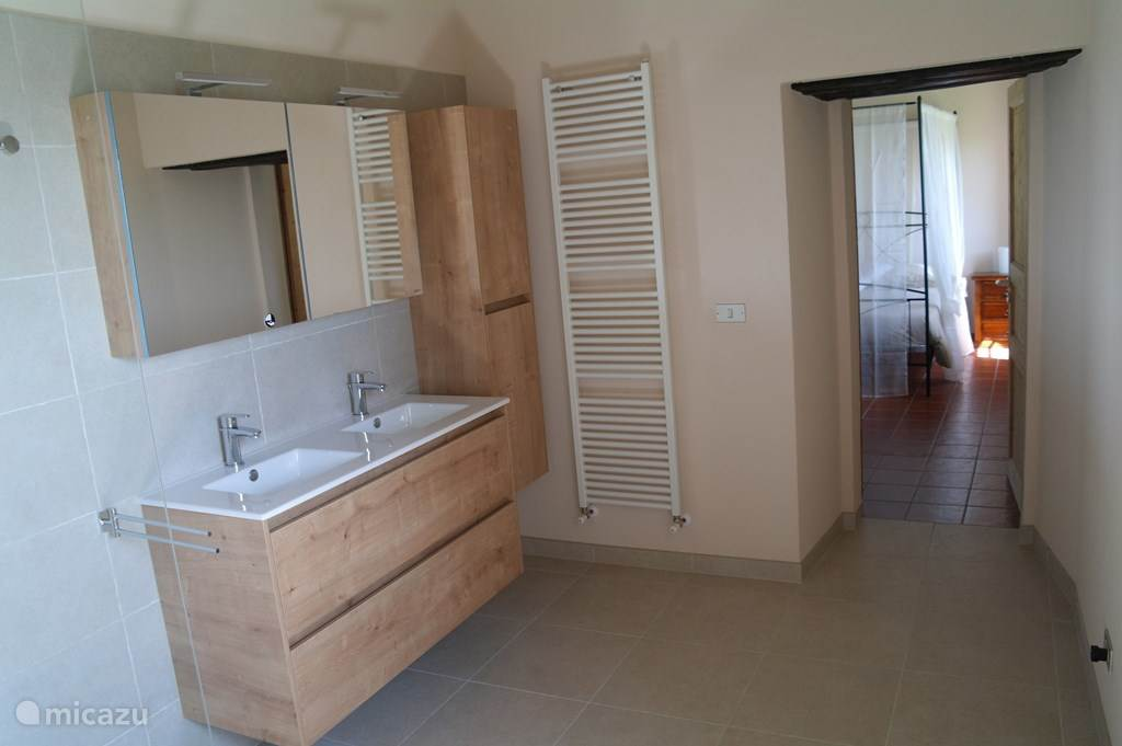 ruime badkamer met 2 lavabo's