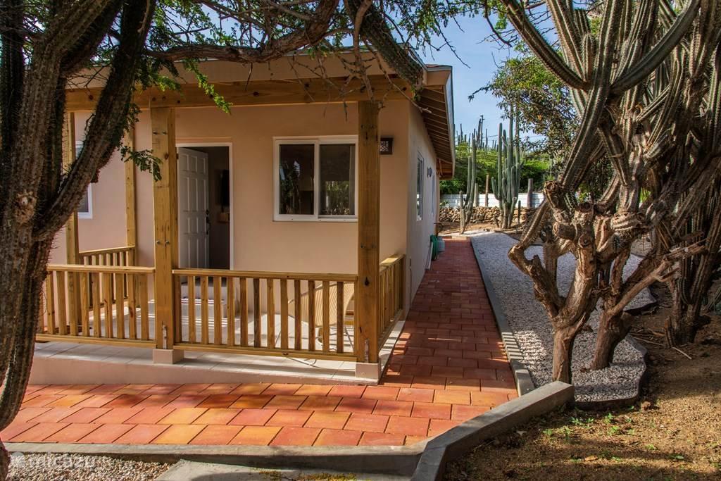 Veranda und Haustür und Blick auf die rechte Seite des Gartens.