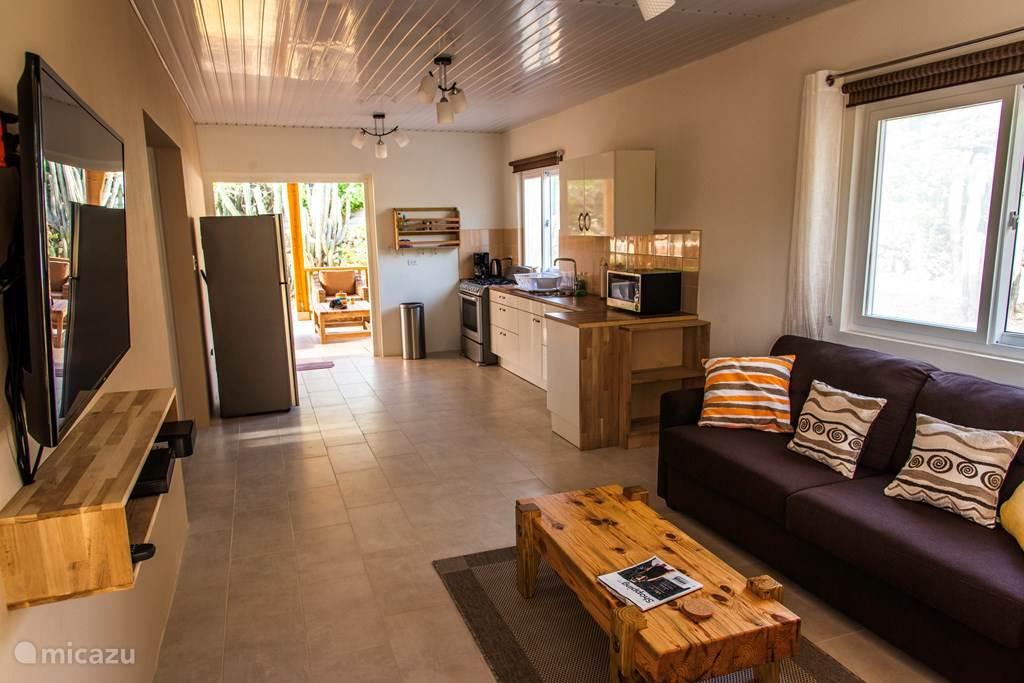 Wohnzimmer und Küche. Doppelte Hintertür zur großen Veranda.