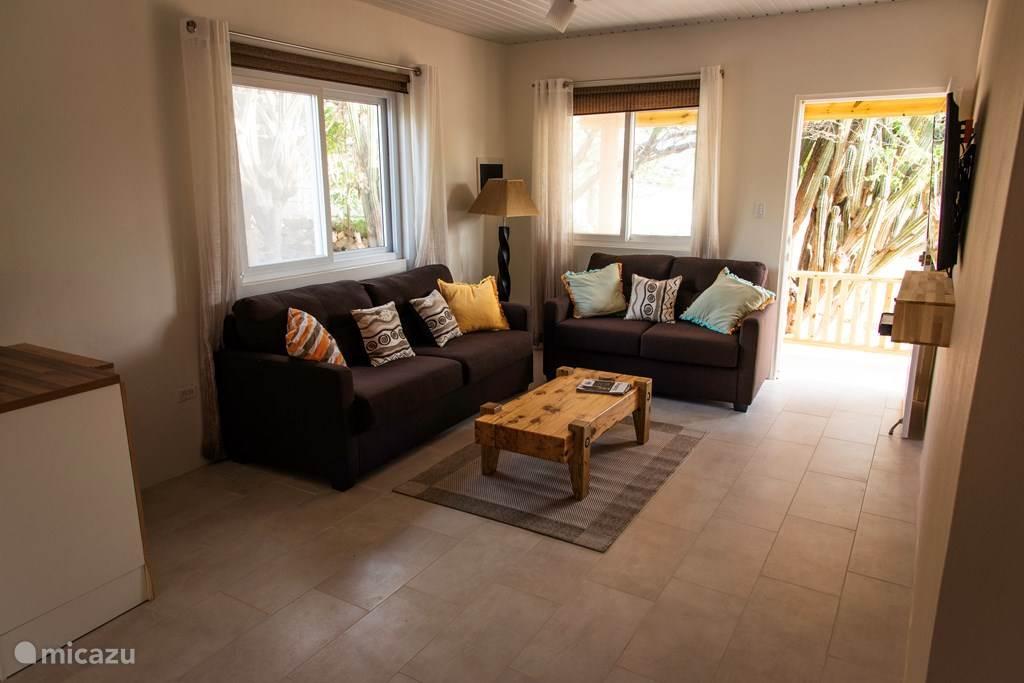 Wohnzimmer mit 3-Sitzer und 2-Sitzer-Sofa. 58 Flachbildfernseher.