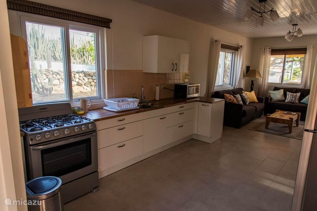 Voll ausgestattete Küche mit 6-Flammen-Herd mit Backofen, Mikrowelle, etc.