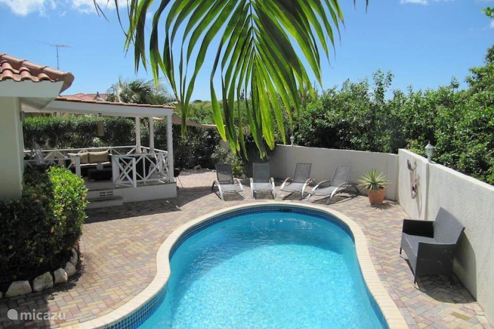 Private villa with swimming pool (4x10). Relaxation and comfort at a stone's throw from the famous Jan Thiel Beach.
