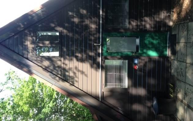 De voorkant van onze Bosvilla met parking voor de deur