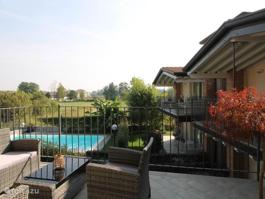 Het terras met lounge set en uitzicht op het zwembad