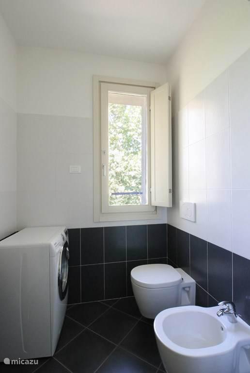 De badkamer beschikt ook over een wasmachine
