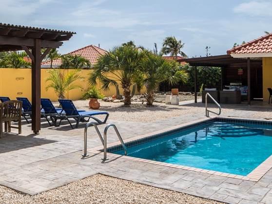 ruime tuin met prive zwembad