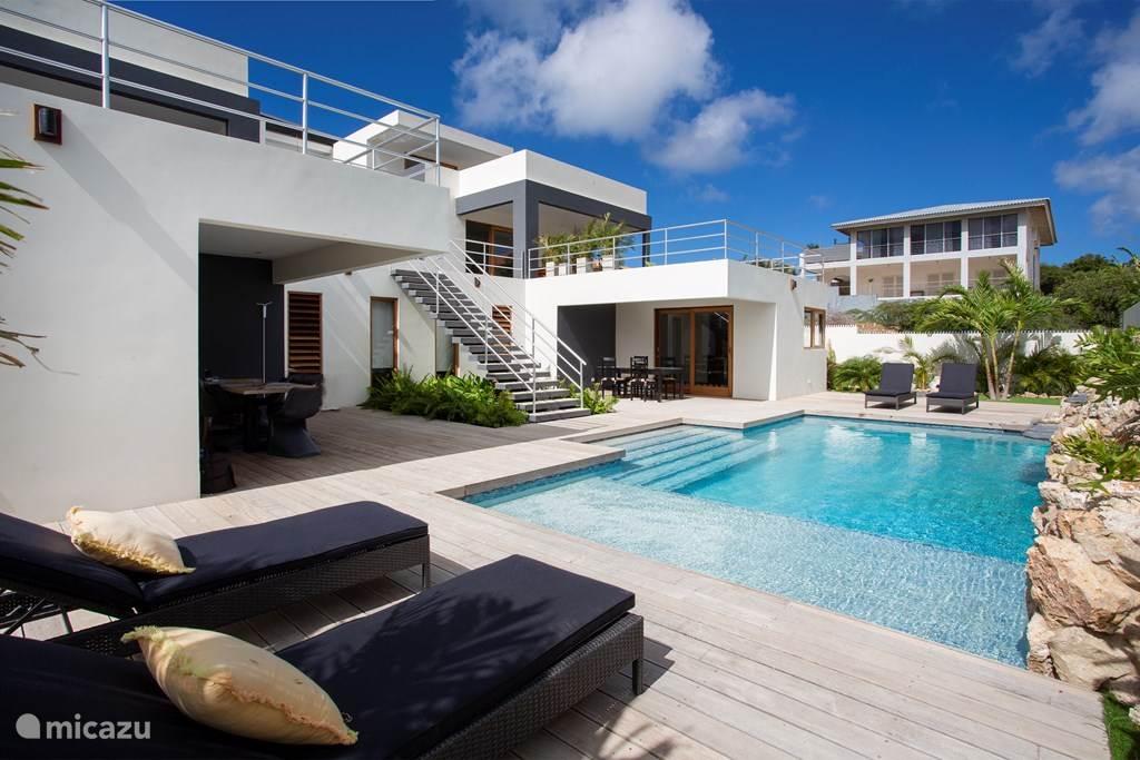 Buitenzwembad met bedden om te zonnebaden kan worden bezet door maximaal 12 personen en heeft ook ruimte voor kinderen vanaf 2 jaar en ouder