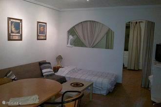 Appartement, woon/eetkamer, slaapbank en slaapkamer