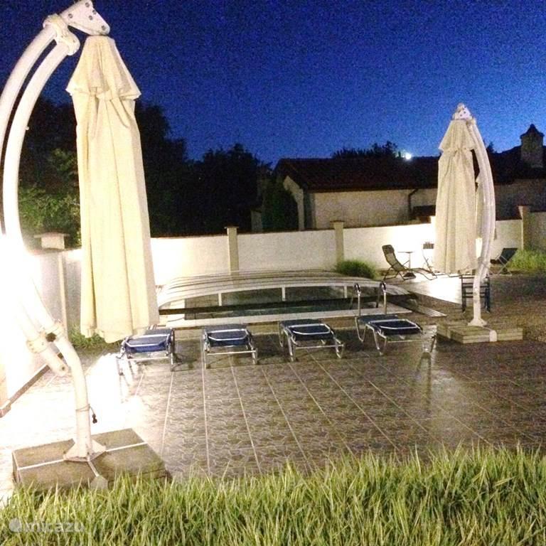 zwembad en terras avondsfeer