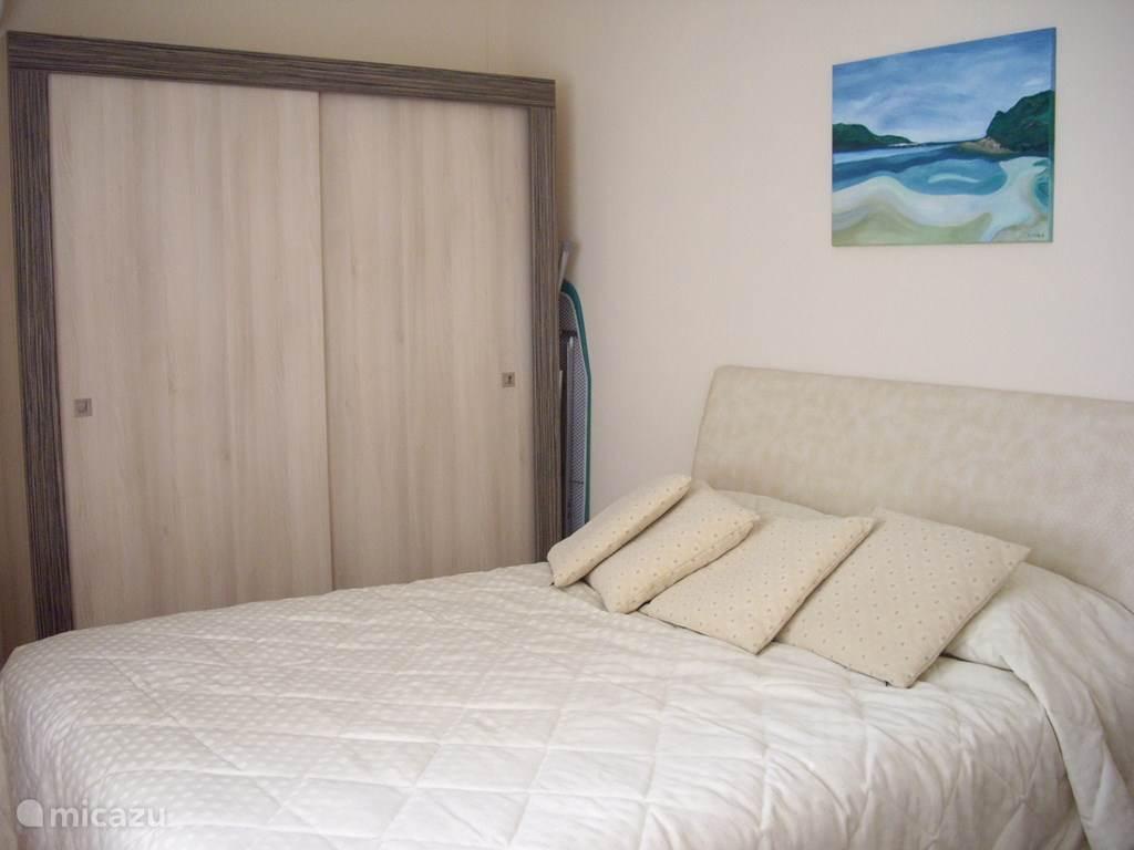 slaapkamer 2 met afzonderlijke badkamer met ligbad