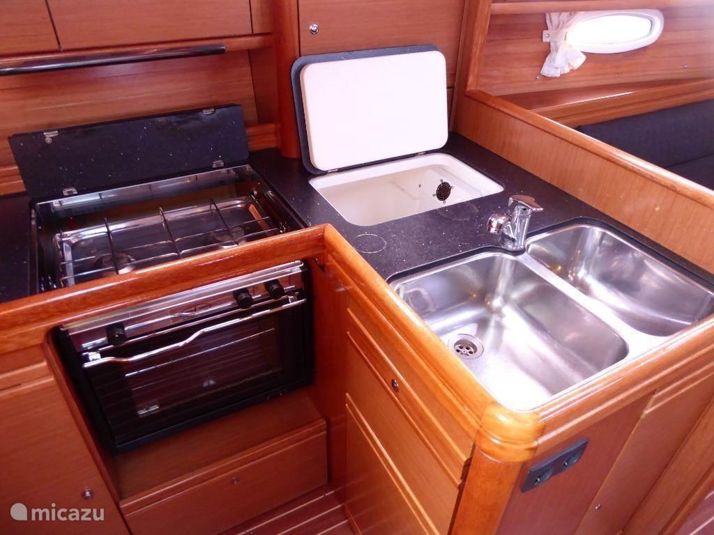 De keuken beschikt over een dubbele spoelbak, ruime koelbox, twee gaspitten en ruime oven. Overal is sta ruimte! Maar liefst 1,95meter