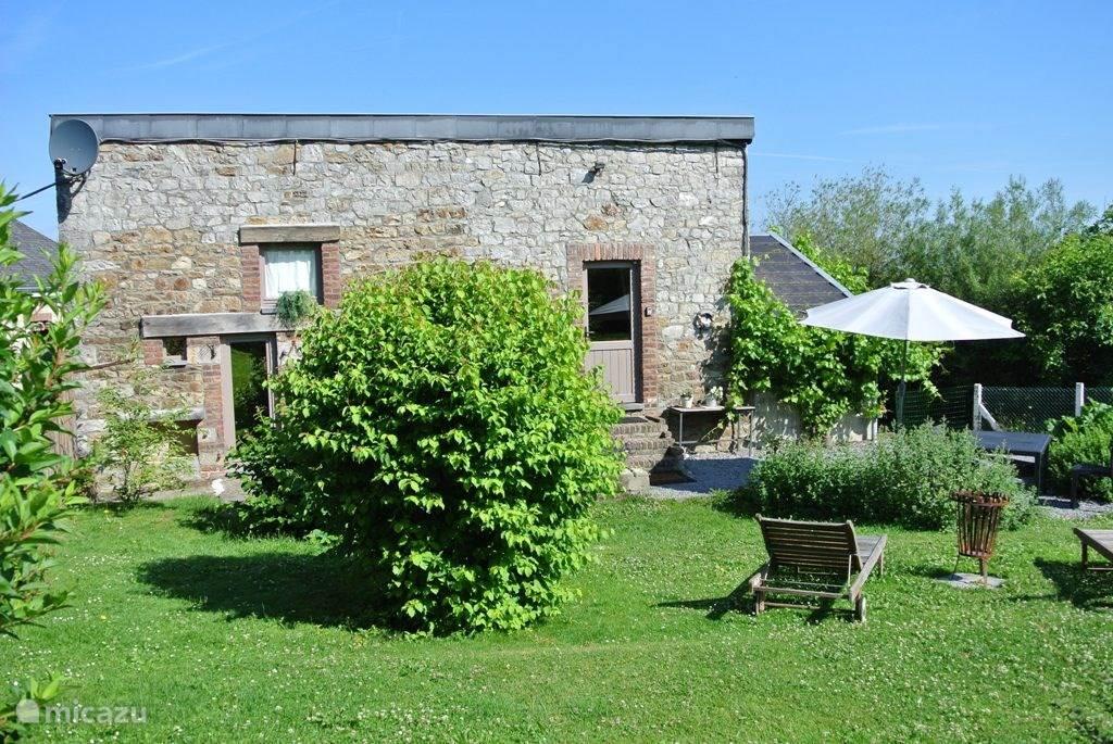 Das Haus liegt in einer ruhigen Straße in Heyd, hat einen großen Garten im Süden komplett eingezäunt.