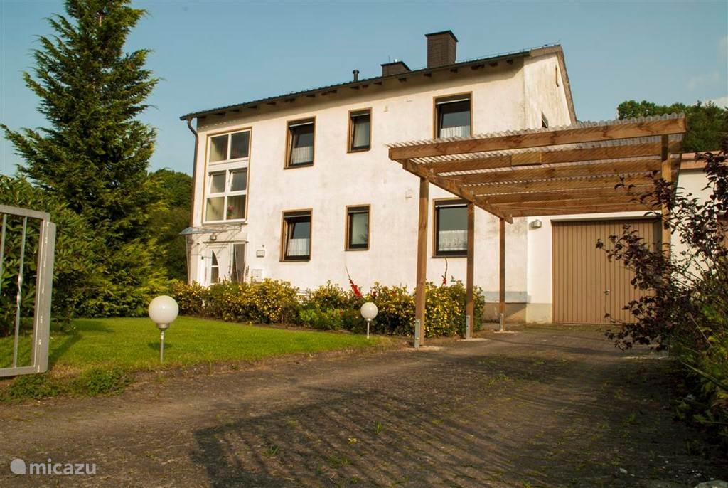 Ruim en comfortabel vakantiehuis met grote tuin, garage en carport.