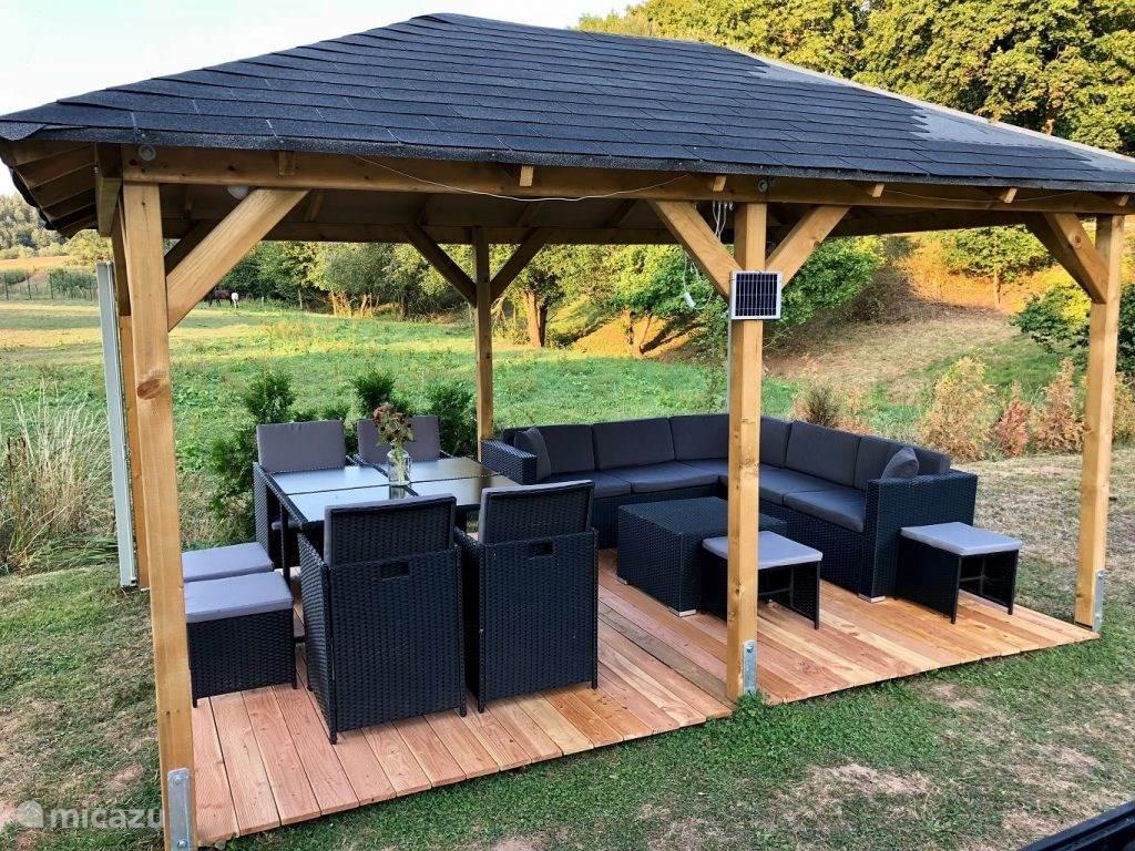 Heerlijke loungeplek in de tuin, voorzien van windschermen