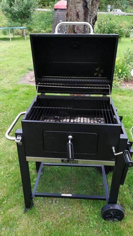 U kunt gebruik maken van een grote houtskool barbecue.