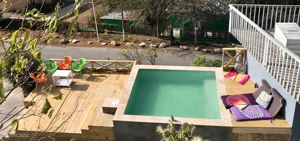 Splinternieuw zwembad met zonnedek!