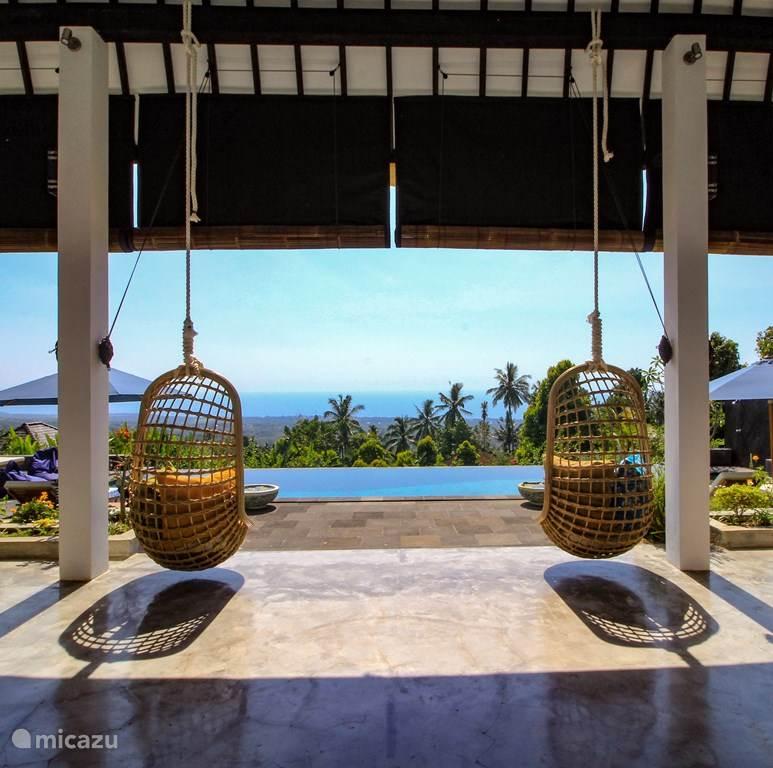 Vanuit t' terras uitzicht op het zwembad en Bali zee