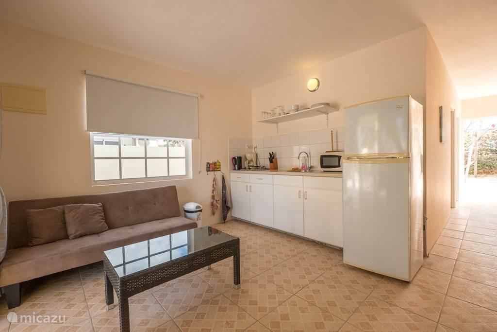 ruime keuken woonkmare voorzien van tv.