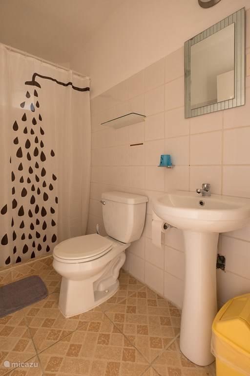 douche voorzien van warm water en toilet