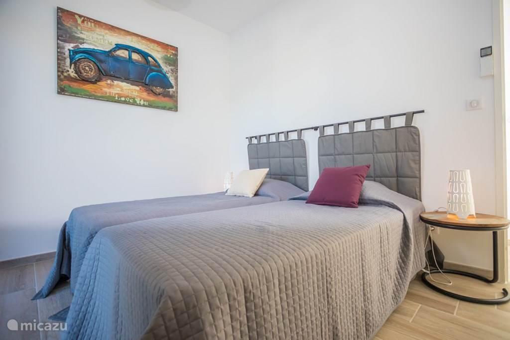 Slaapkamer 3 eveneens met toegang tot het zwembad