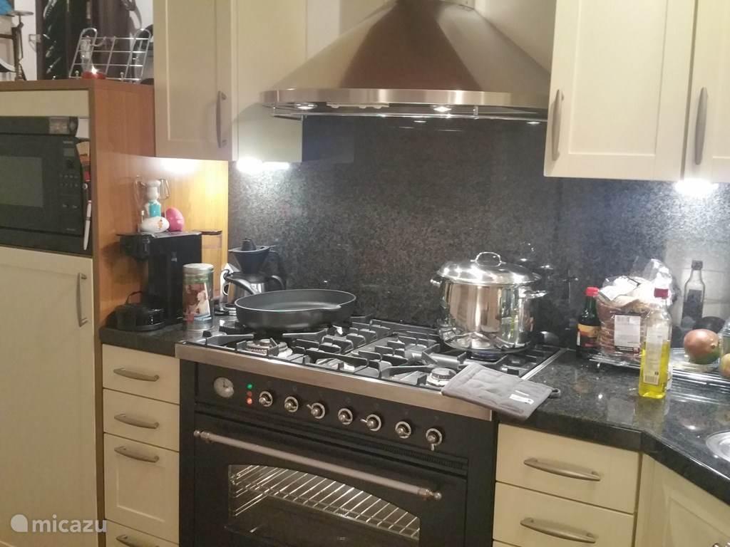 keuken met ook een bijkeuken