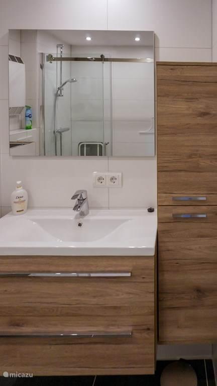 Badkamer met modern badmeubel
