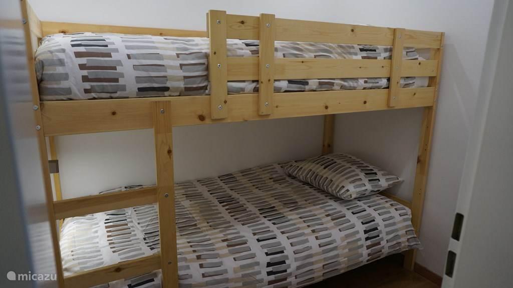 Slaapkamer 2 met stapelbed en 4 seizoenen dekbedden