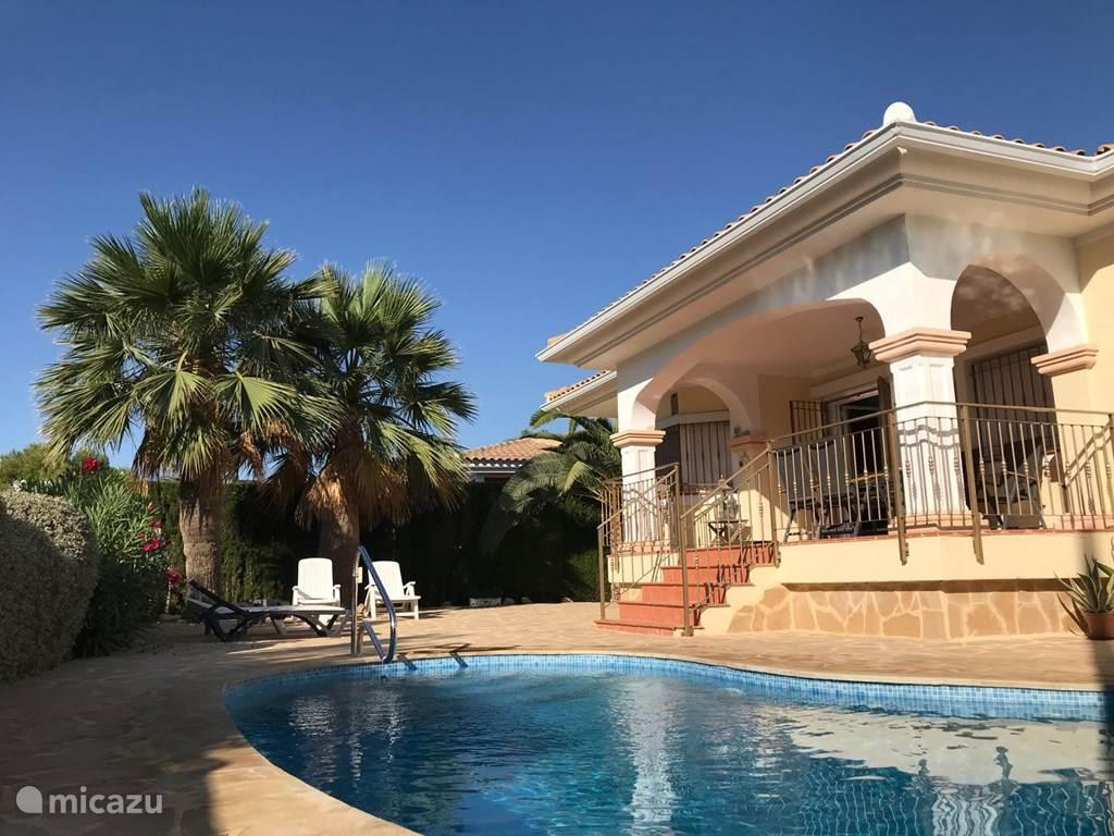 Na het zwemmen onder de palmen relaxen