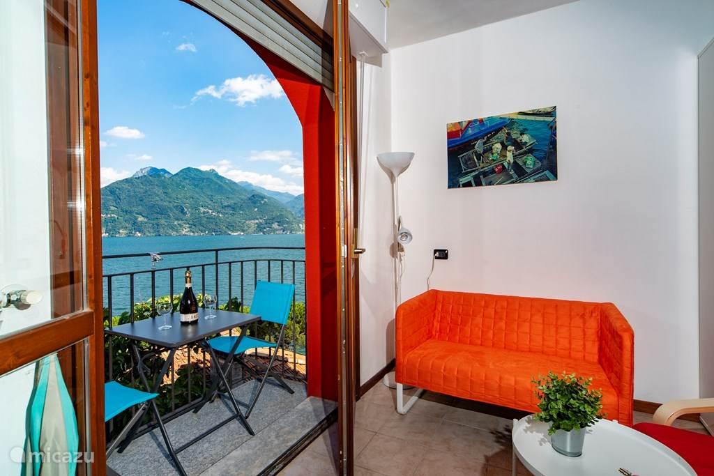 De woonkamer en het balkon.