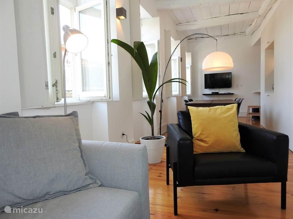 Appartement op derde verdieping met voldoende licht. Modern ingericht maar de historische waarde is nog steeds te zien.