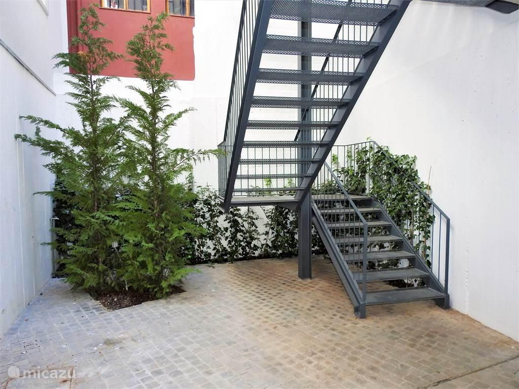Algemene trappenhuis met lift naar alle verdiepingen.