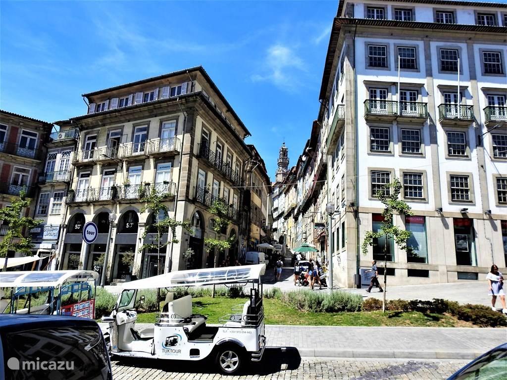 Largo dos Loios met ingang naar Rua de Tras